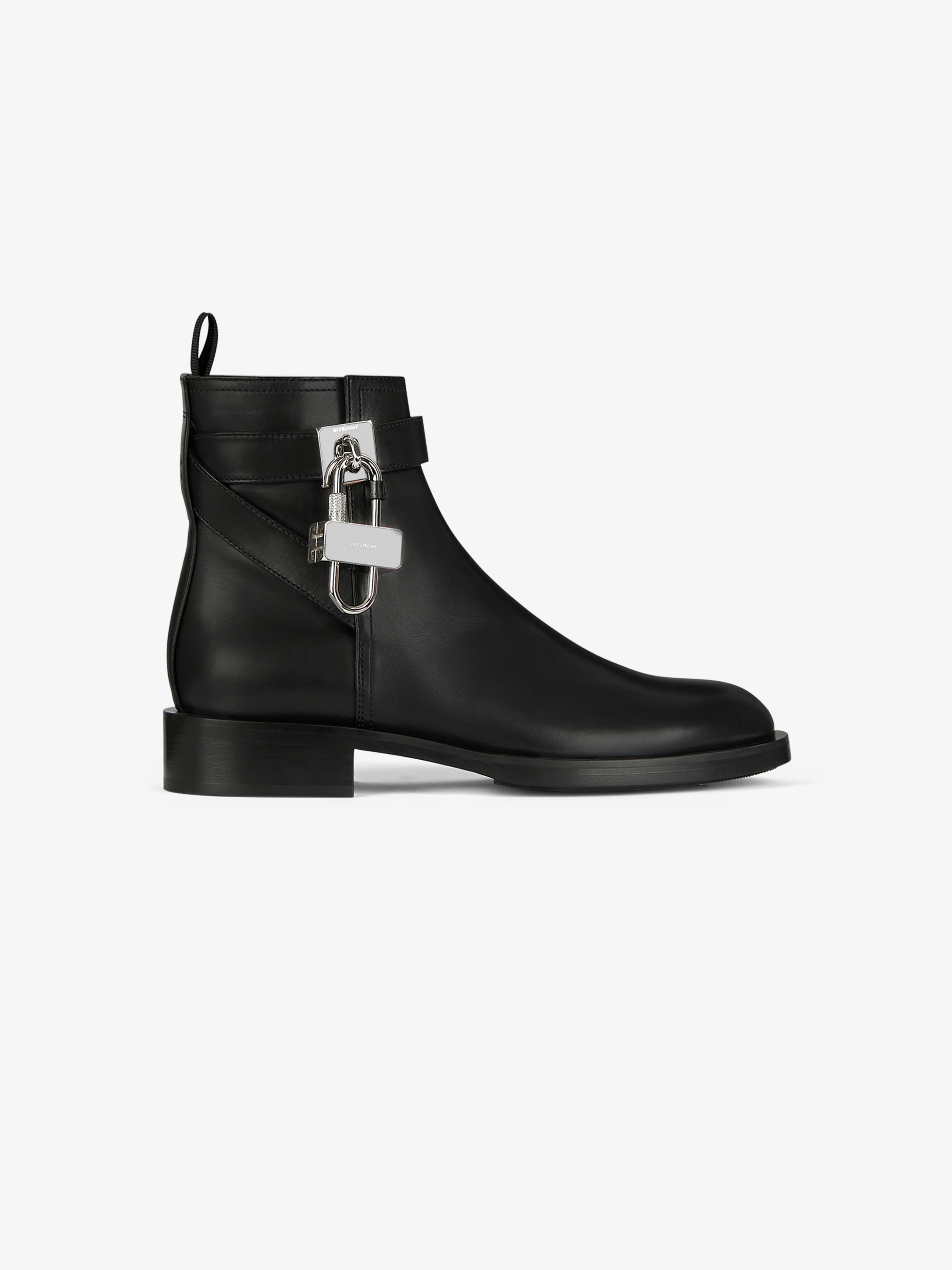 Boots in leather with padlock