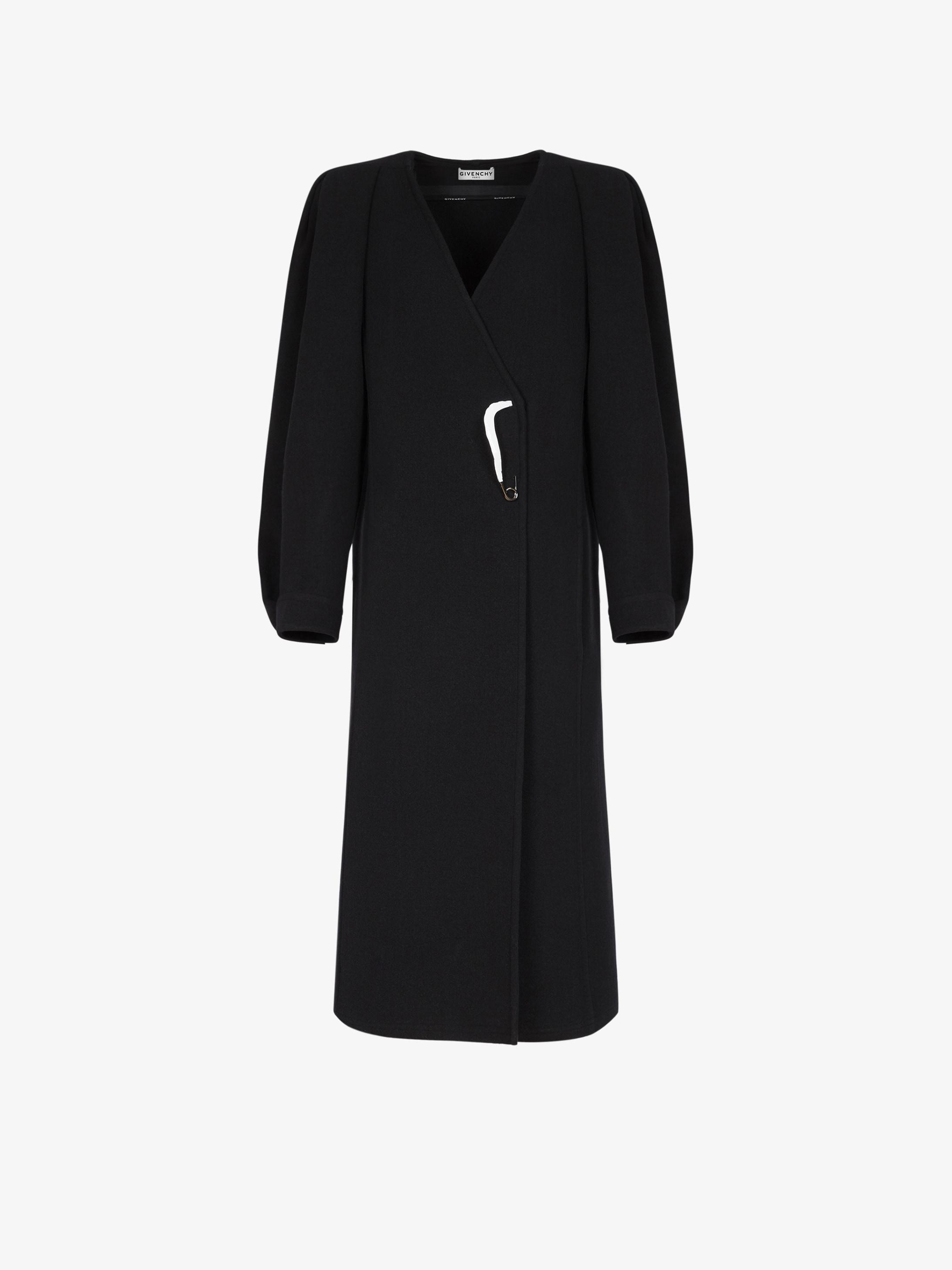 Cappotto in feltro di lana con spilla laccata