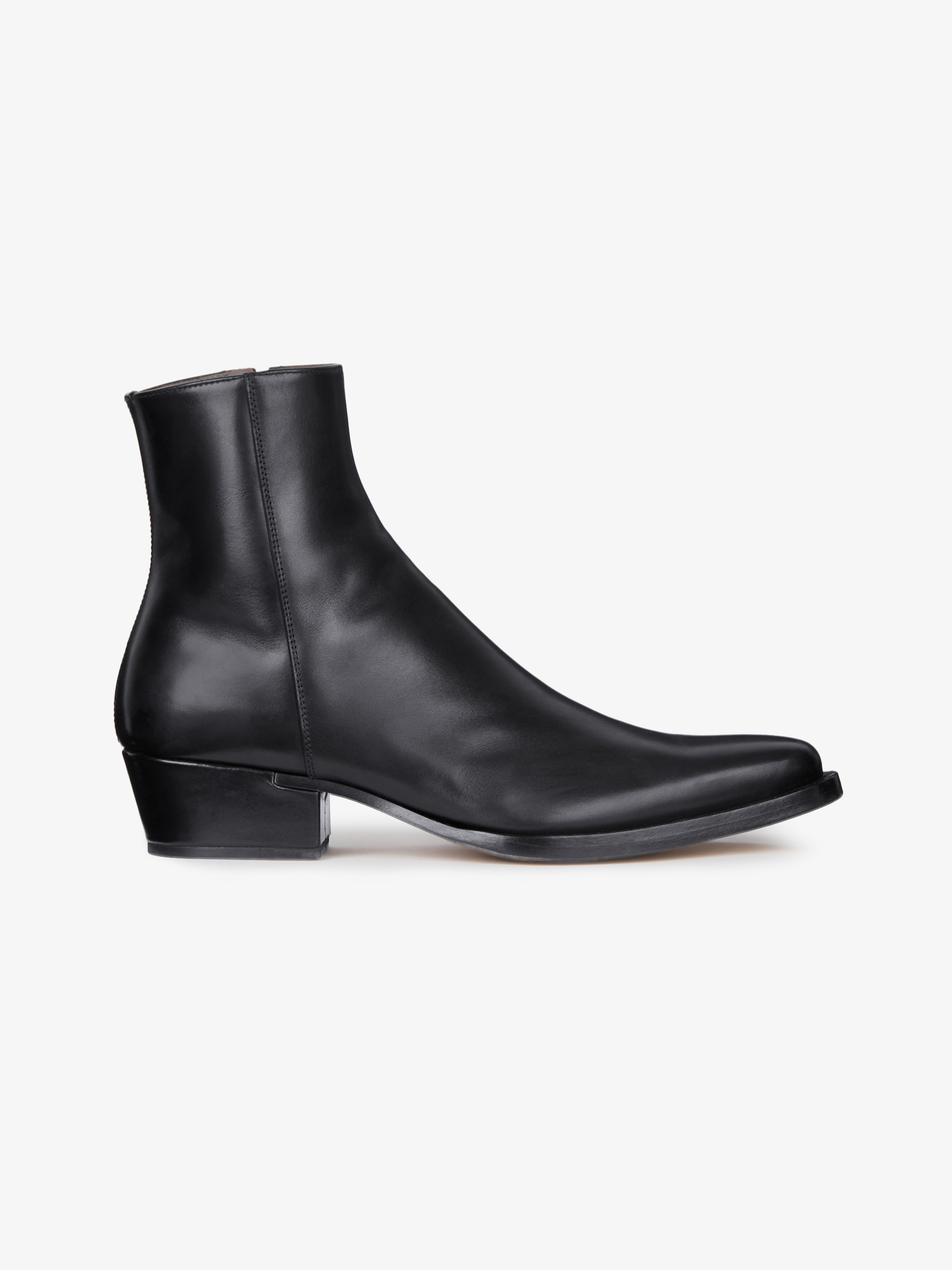 Pointed boots in smooth leather