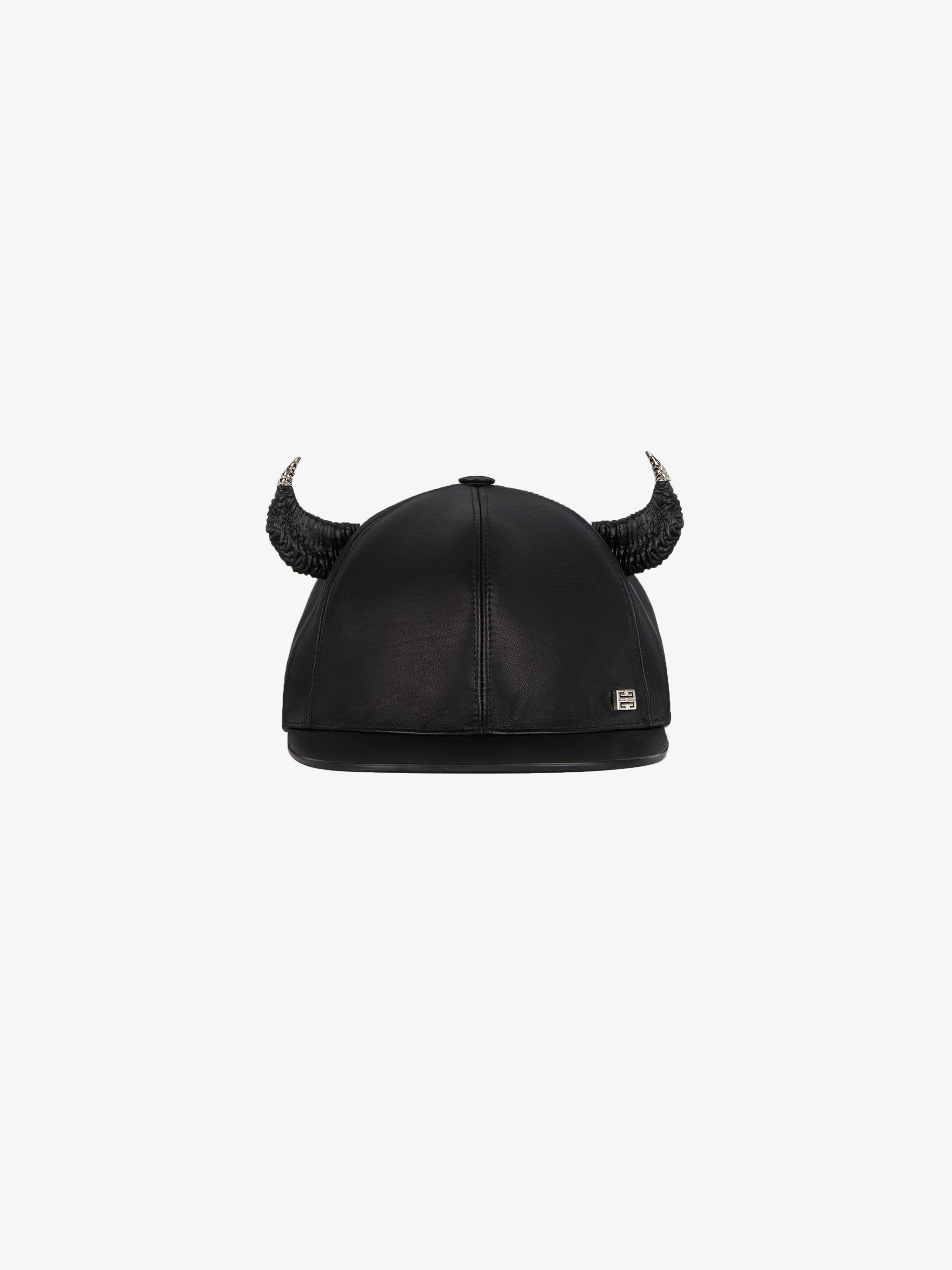 Cap in leather with horns