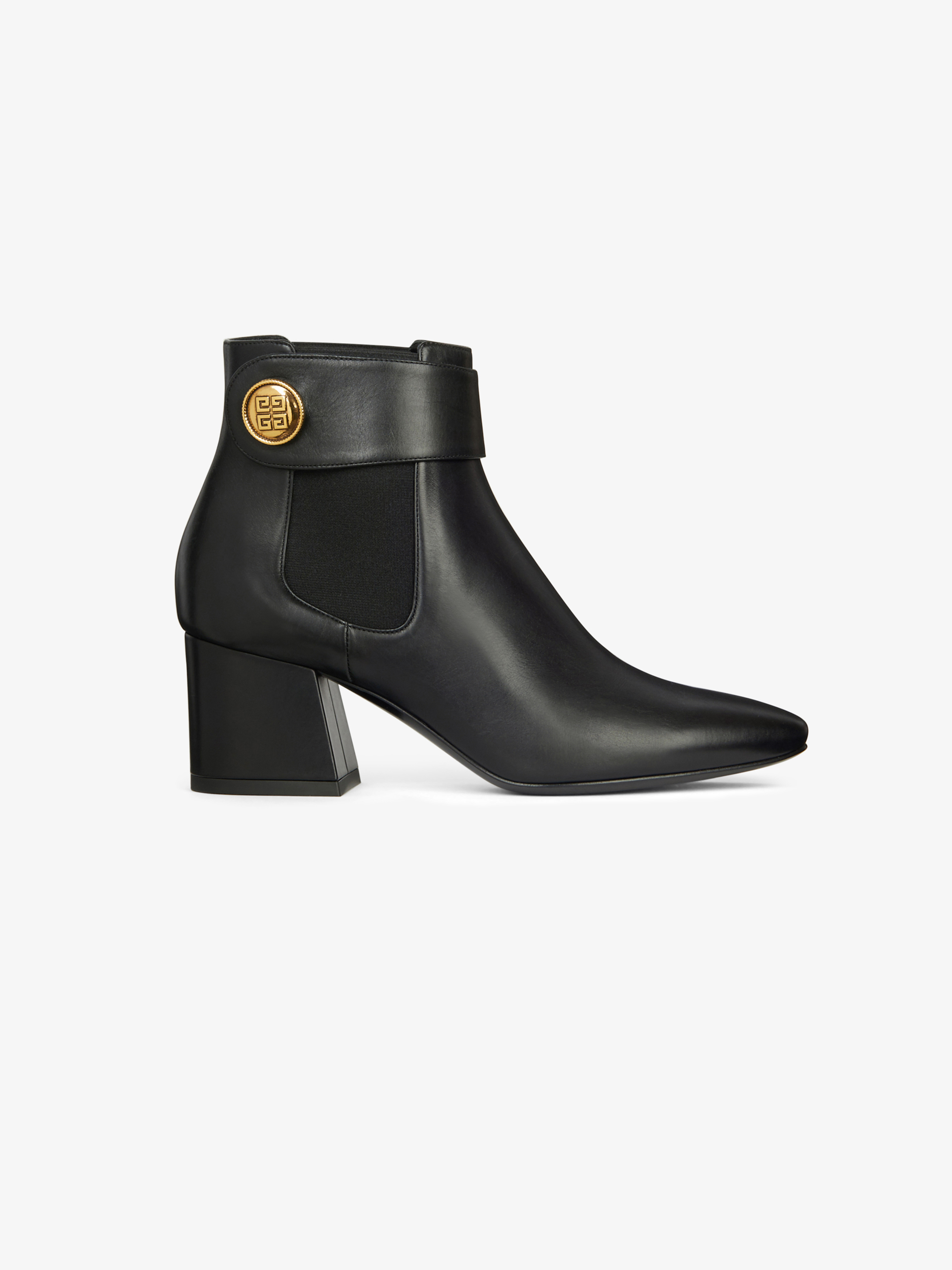 Chelsea boots charm with fancy buttons