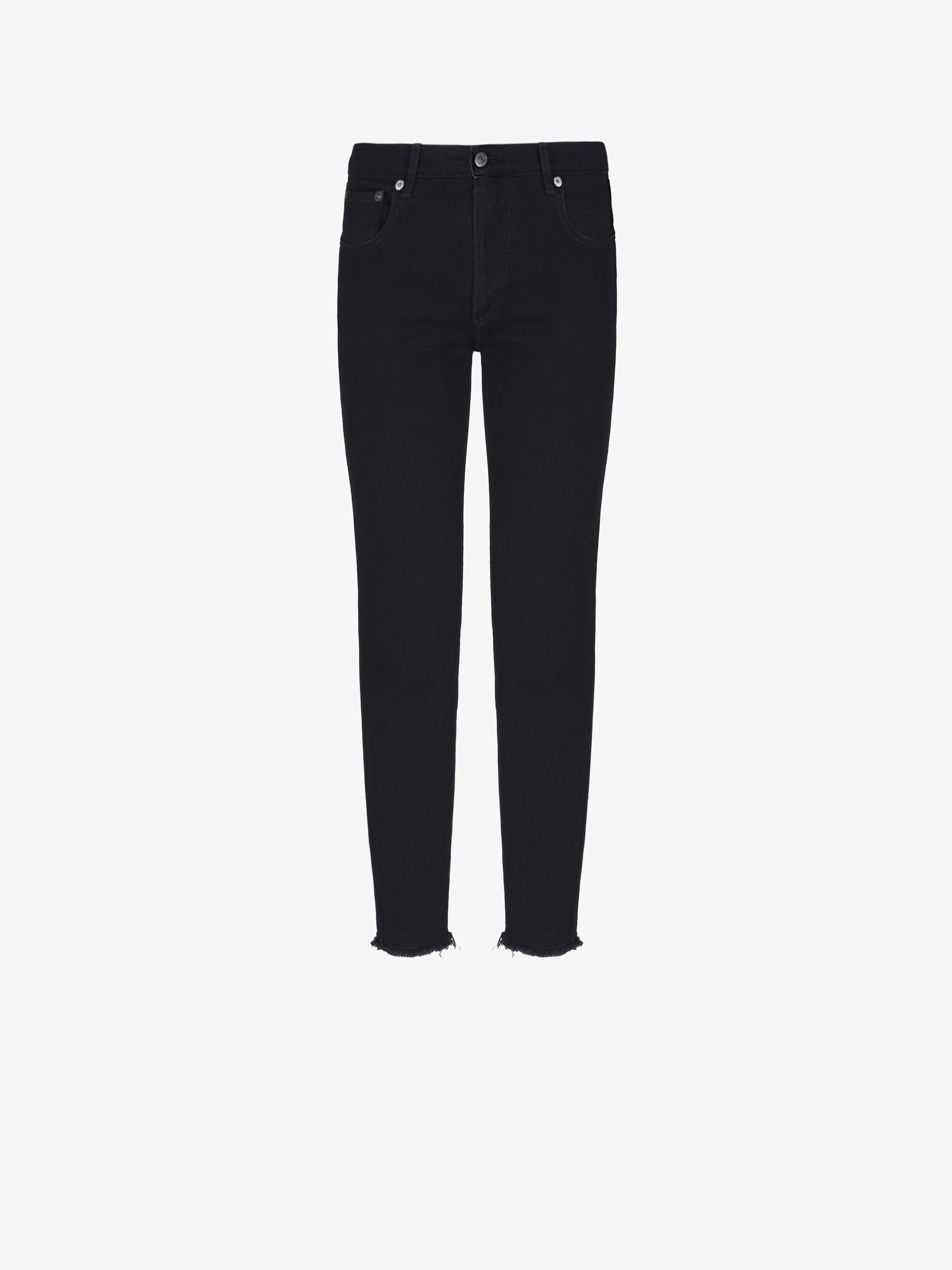 Short skinny jeans with shredded edges